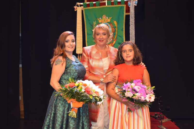 Falleras Mayores de Benetússer junto a la alcaldesa Eva Sanz. EPDA