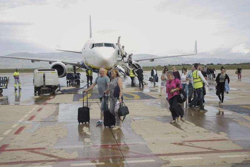 Viajeros en la pista del aeropuerto de Castellón. EFE/Archivo