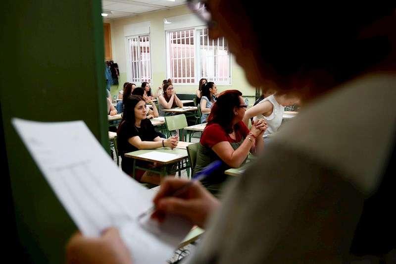 Varias profesoras momentos antes de examinarse para optar a las plazas de funcionarios docentes. EFE