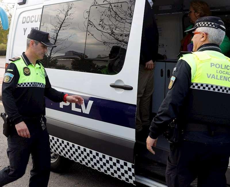 Agentes de la Policía Local durante una intervención. EFE/Archivo