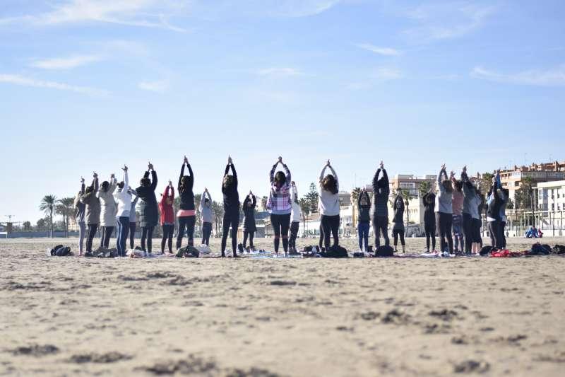 Yoga en la playa. EPDA