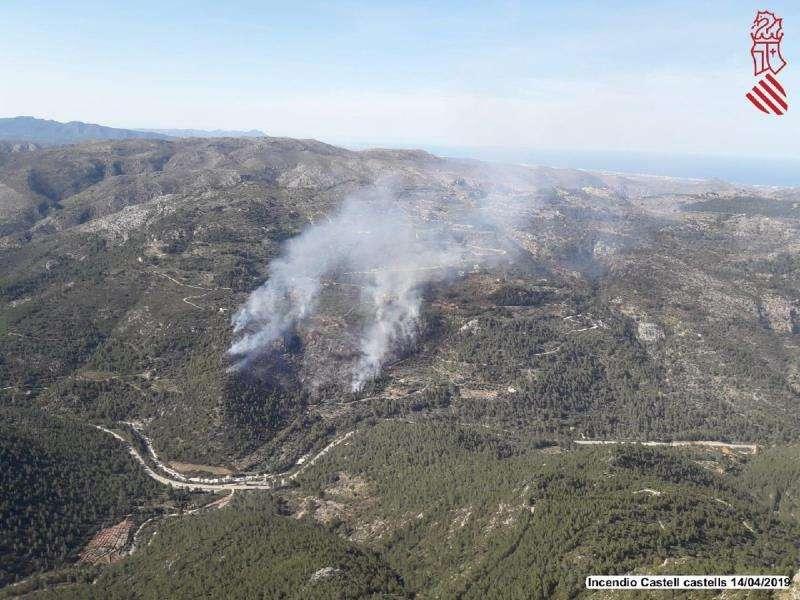 Imagen de las tareas de extinción del incendio de Castell dels Castells EFE/Generalitat