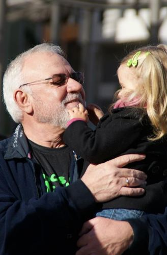 Imagen de la niña con un familiar. FOTO: EUROPAPRESS.ES.