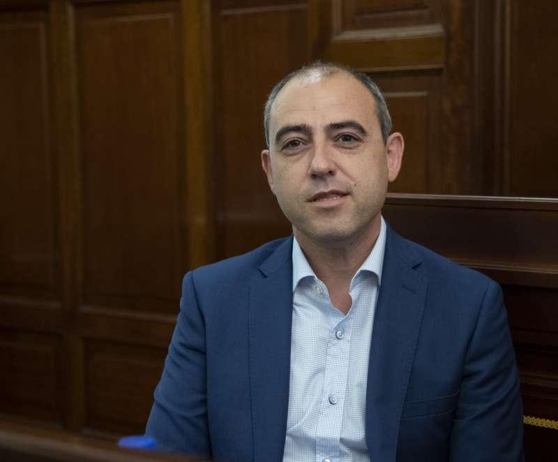 Santiago Pérez en el salón de plenos de la Diputación de Castellón.