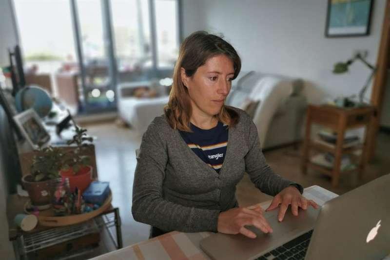 Una profesora valenciana, teletrabajando. EFE