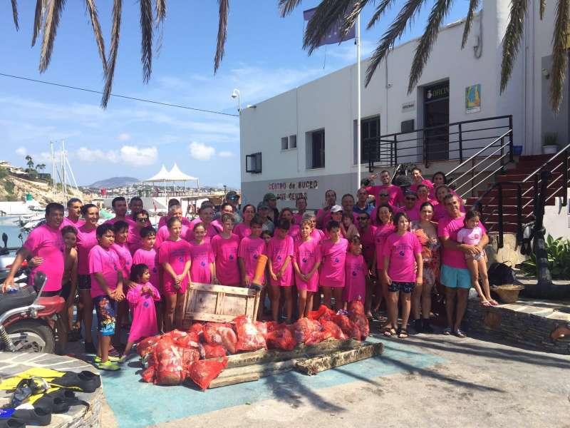 Los voluntarios participantes en la jornada de limpieza