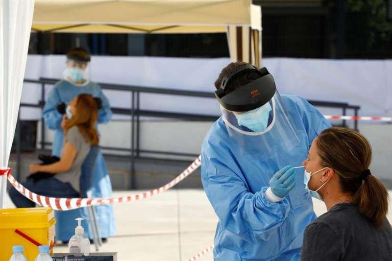 Dispositivo montado para realizar pruebas de test rápidos para determinar el nivel de contagio por COVID-19. EFE/Salas/Archivo