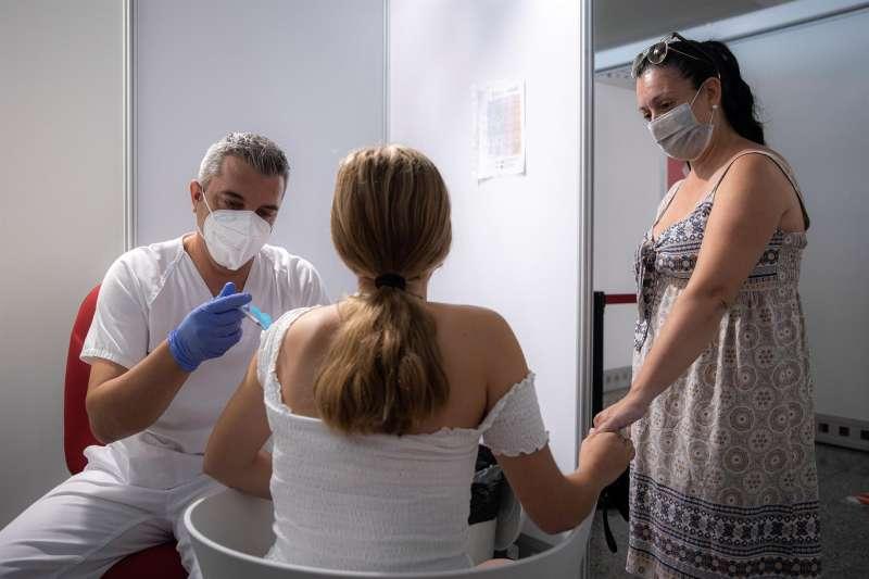 Imagen de archivo de una mujer vacunándose del coronavirus. EPDA