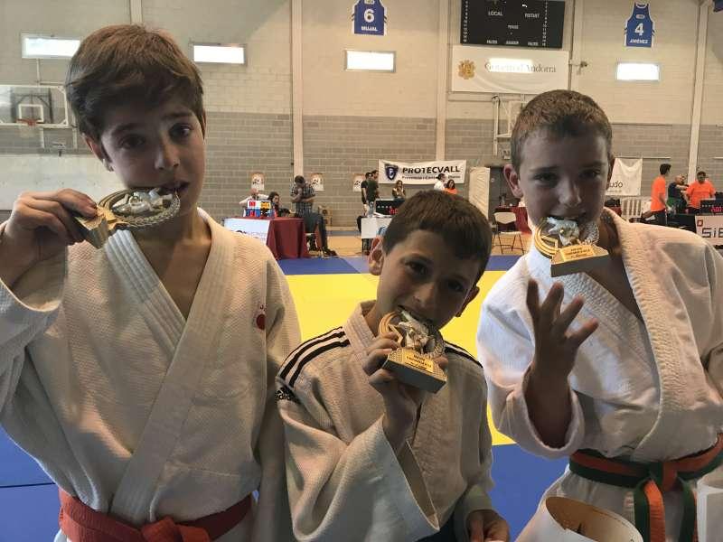 Los judokas de Canet con sus medallas. EPDA