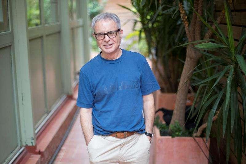 El escritor valenciano Ferran Torrent, posa durante la presentación este viernes en Barcelona de su nueva novela,