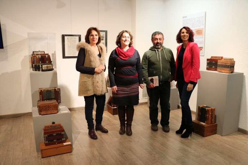 Alcaldesa de Quart de Poblet en la inauguración de la exposición de acordeones. EPDA