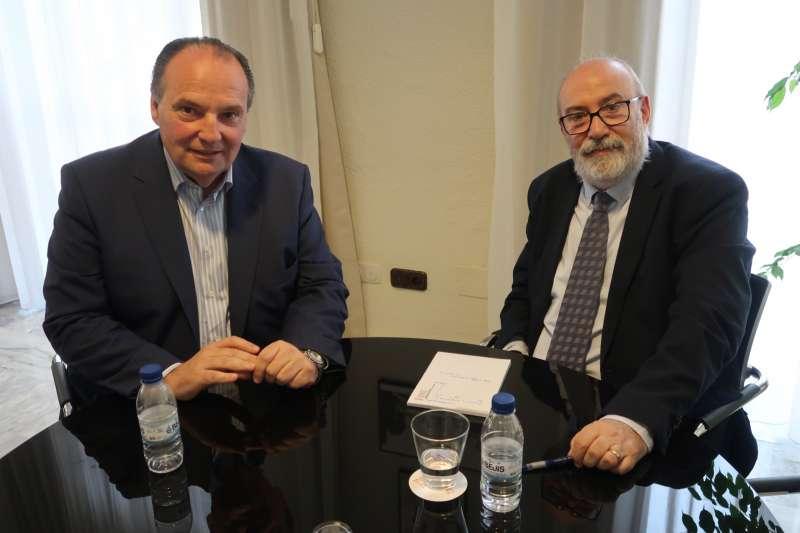 El conseller de Transparencia, Responsabilidad Social, Participación y Cooperación, Manuel Alcaraz, y el presidente de la Cámara de Comercio de Valencia, José Vicente Morata
