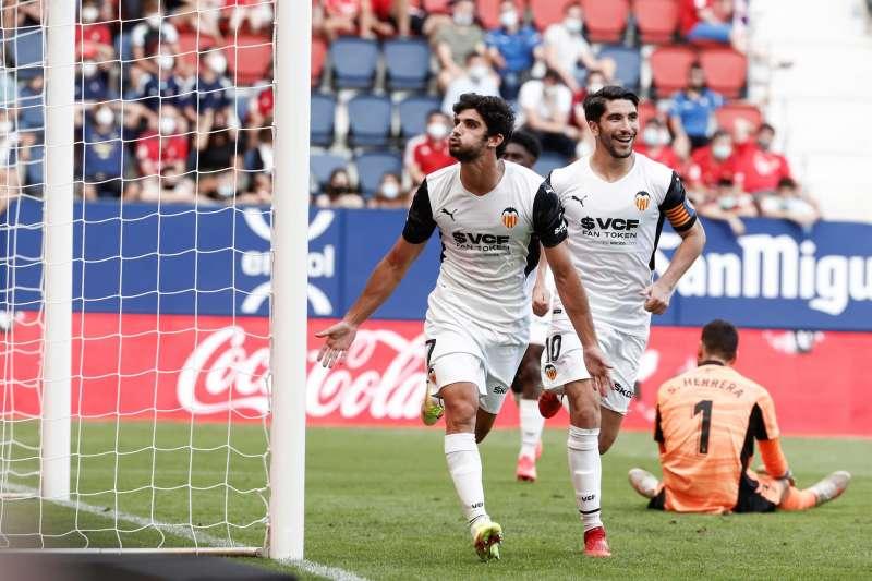 El delantero del Valencia Gonçalo Guedes (c) celebra el gol marcado ante el Osasuna durante el partido disputado este domingo