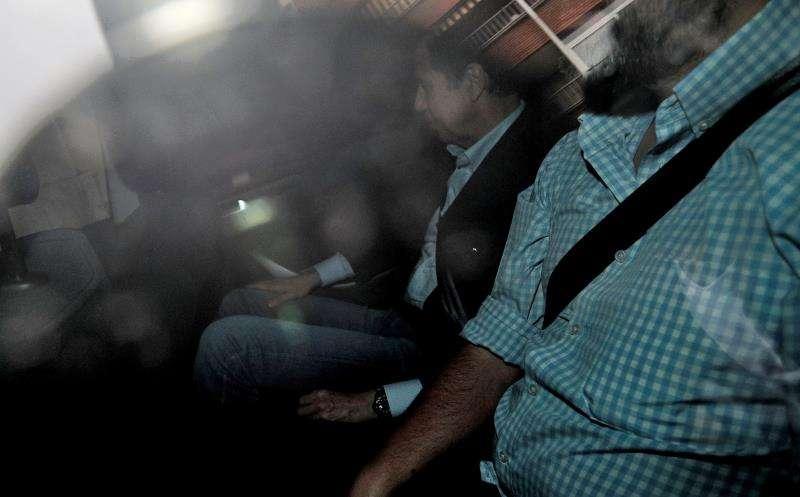 El expresident de la Generalitat y exministro Eduardo Zaplana, trasladado en un vehículo policial. EFE/Archivo
