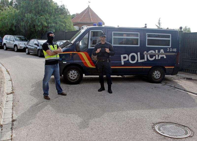 Varias decenas de agentes de la Policía Nacional continúan el registro del chalé del hombre de nacionalidad siria de 58 años detenido hoy en Cocentaina (Alicante) como sospechoso de difundir en redes sociales la doctrina de los grupos yihadistas Dáesh y Al Qaeda. EFE