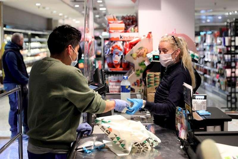 Varias personas hacen la compra en un supermercado. EFE/Archivo