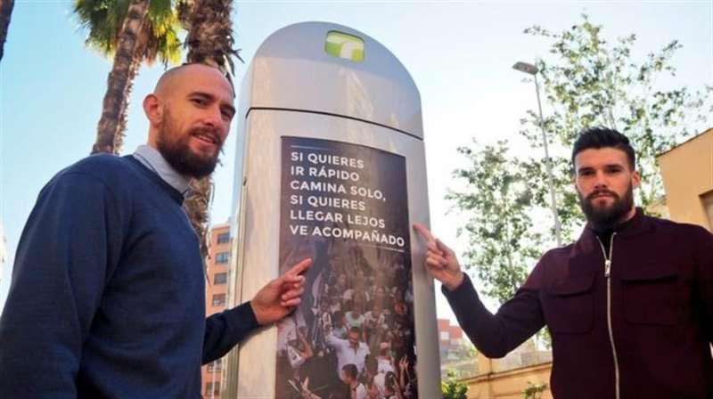 Los jugadores Castells y Satrústegui, celebrando ese récord de abonados del Castellón, en una imagen difundida por el club deportivo.-EFE