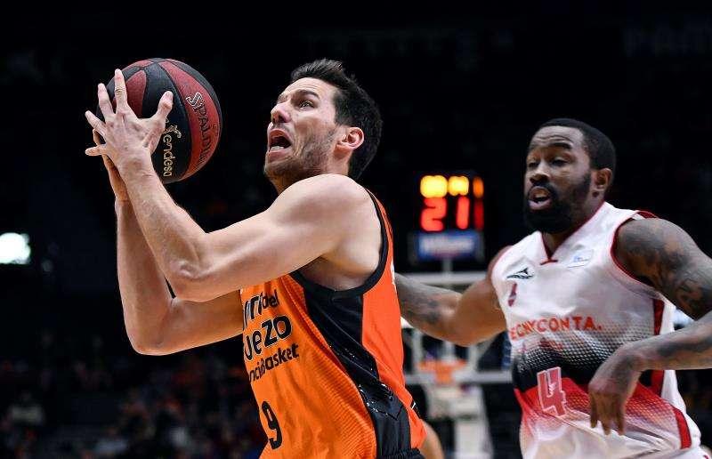 El base belga del Valencia Basket Sam Van Rossom (i) supera al base macedonio del Tecnyconta Zaragoza Bo McCalebb. EFE/Archivo