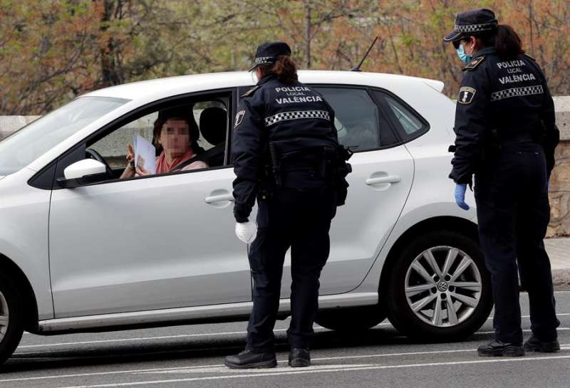 Control de la Policía Local de Valencia tomada este jueves. EFE/Juan Carlos Cárdenas