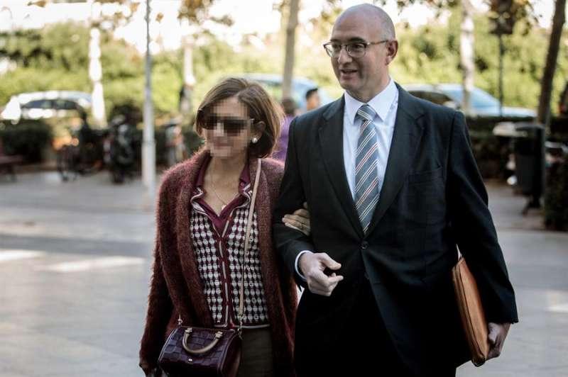 La exjefa de Administración de la EMT de València Celia Zafra (izq). EFE
