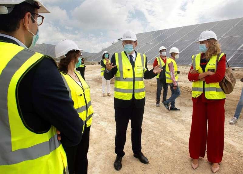 El president de la Generalitat, Ximo Puig, visita la planta de energía solar fotovoltaica X-Elio. EFE