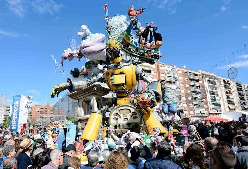 Cientos de personas rodean una falla del año pasado. EFE/ Ana Escobar/Archivo