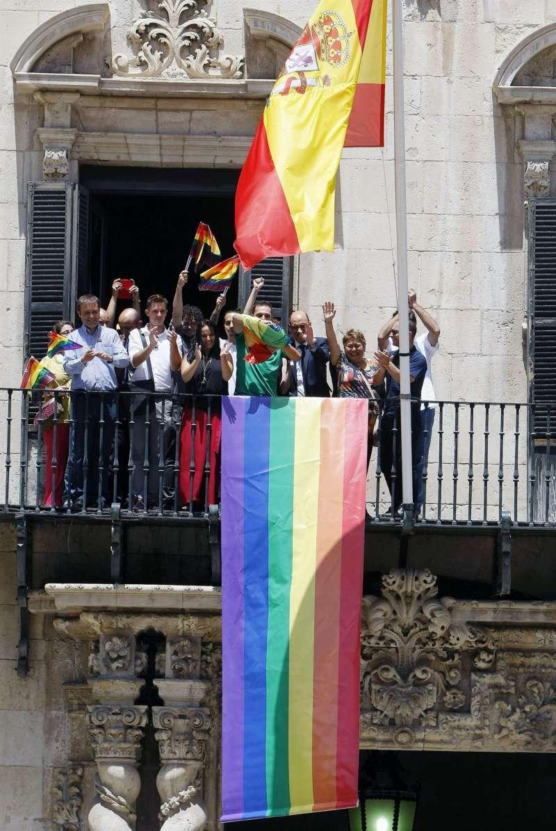 El ayuntamiento de Alicante con una bandera arcoiris en su fachada en una imagen de archivo. EFE