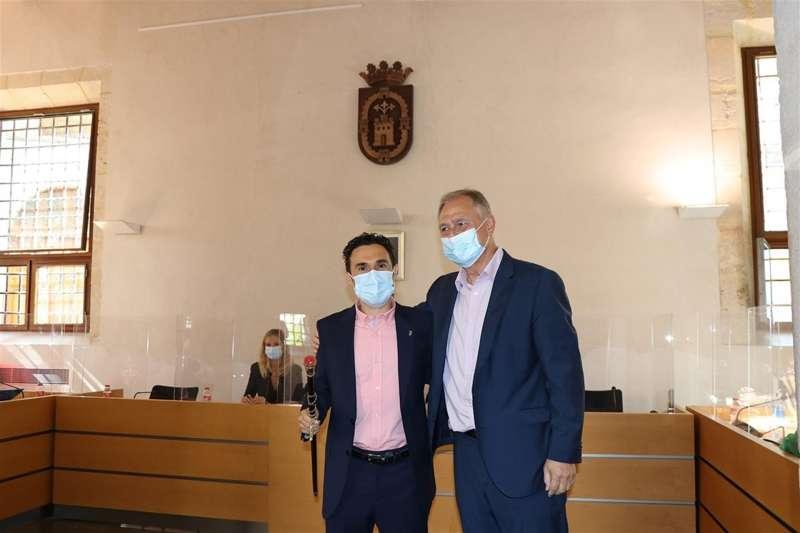 El nuevo alcalde de LLiria (Valencia), Joanma Miguel (i), junto al socialista Manolo Civera (d), a quien sustituye en el cargo en virtud del pacto de gobierno entre ambas formaciones para asumir la Alcaldía del municipio. Foto facilitada por el Ayuntamiento.