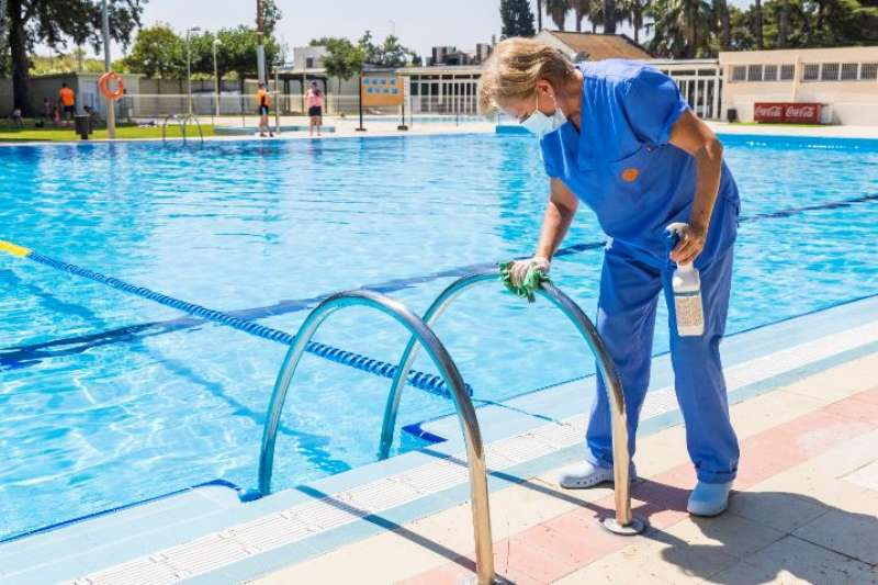 Limpieza en la piscina de Picassent. EPDA