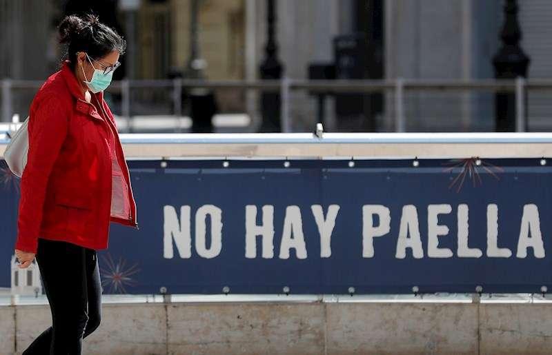 Una mujer recorre una calle del centro protegida con una mascarilla. EFE
