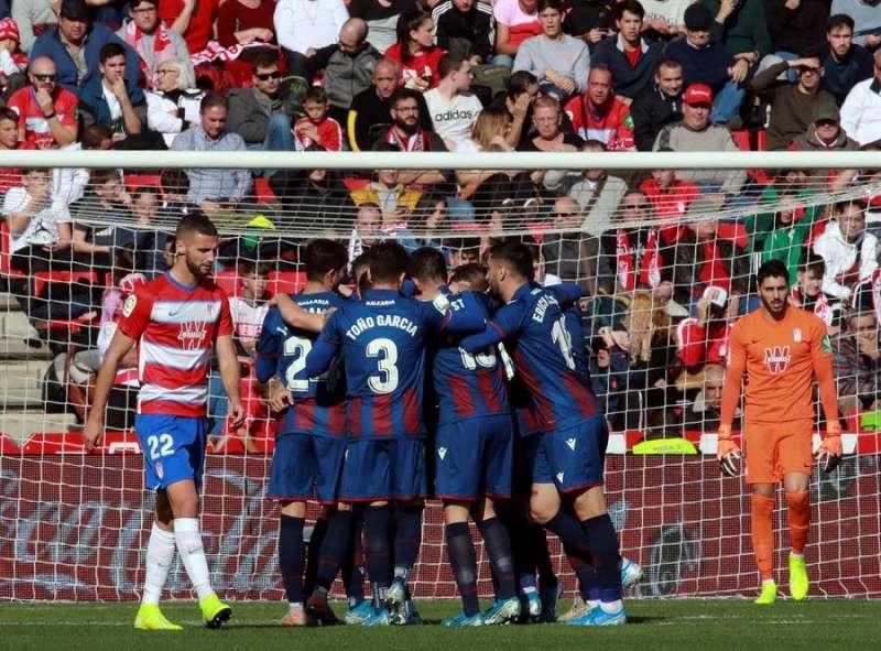 Los jugadores del Levante celebran el gol de Rubén Rochina ante el Granada. EFE Pepe Torres