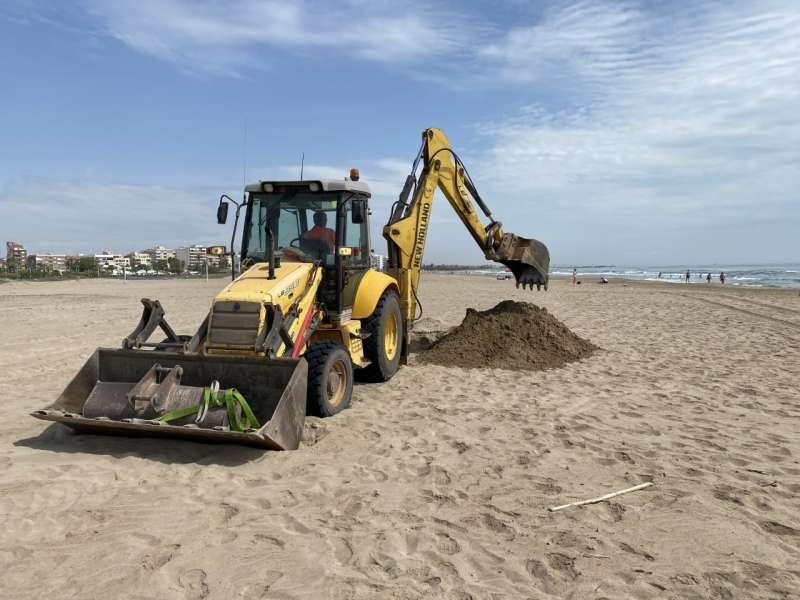 Trabajos en la playa del Port de Sagunt.