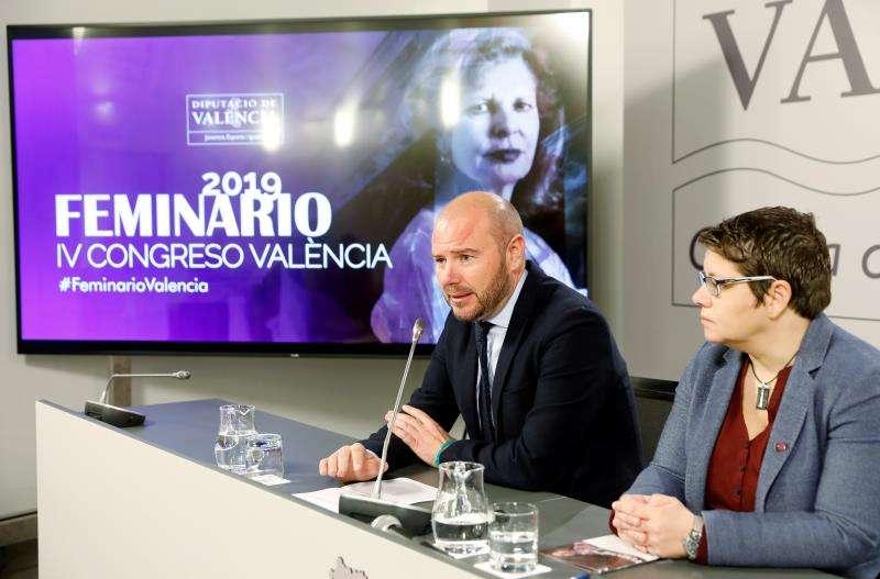 El presidente de la Diputación de Valencia, Toni Gaspar, y la diputada de Igualdad, Isabel García, durante la presentación del cuarto Congreso Feminari 2018. EFE