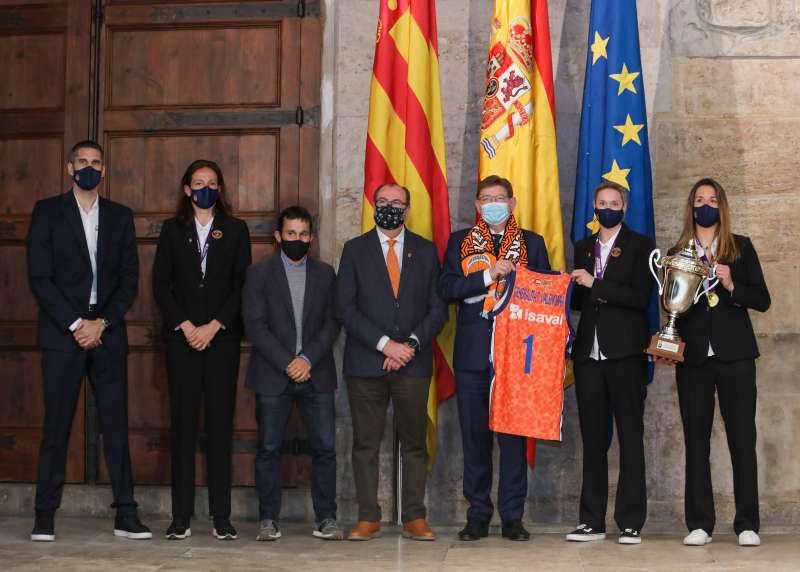 Ximo Puig recibiendo al València Basket