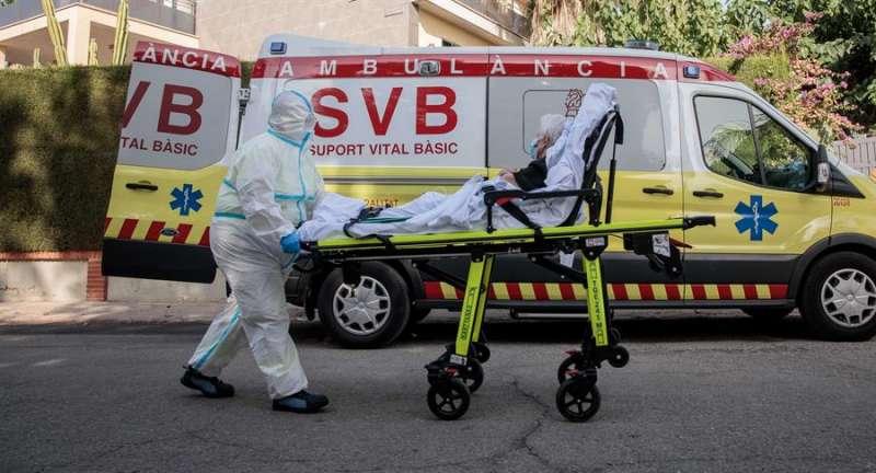 Personal sanitario traslada a una anciana enferma. EFE/ Biel Aliño/Archivo