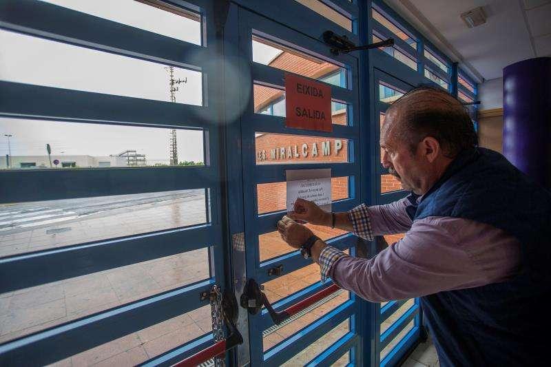 La gota fría, que a lo largo del día de hoy y durante las próximas horas afectará a amplias áreas del este peninsular, ha obligado a suspender las clases en varios colegios de la Comunidad Valenciana. Imágenes de colegios cerrados en Faura y Benifairó.