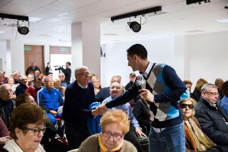 Alcalde de Mislata entrega los bonometros a los mayores de la ciudad. EPDA