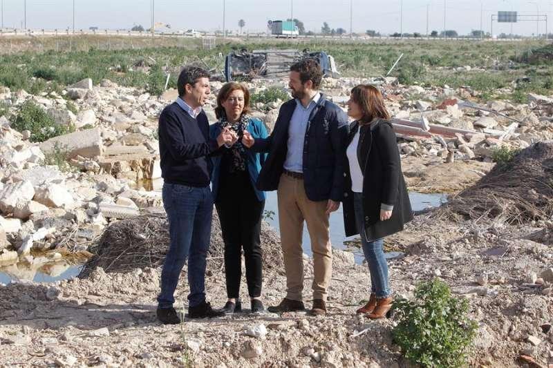 El presidente del PP, Pablo Casado, durante su visita a Almoradí,acompañado por Isabel Bonig (d); el presidente de la Diputación de Alicante, Carlos Mazón (i), o la alcaldesa, María Gómez (2ª i). EFE