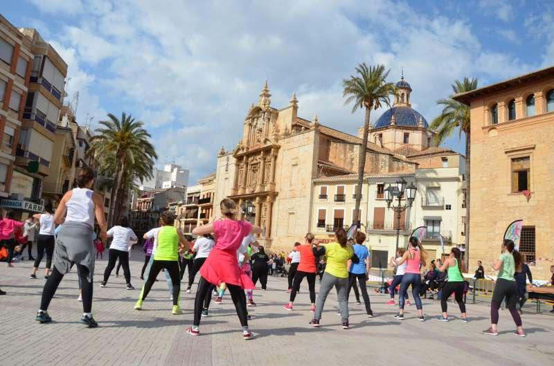 Vecinos y vecinas de Llíria practican deporte en la plaza. / EPDA