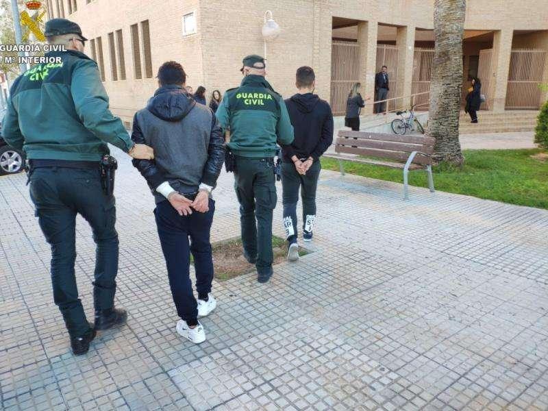 Ambos detenidos camino del juzgado en una imagen facilitada por la Guardia Civil. EFE