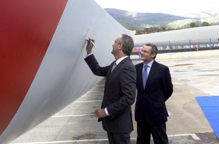 El President Fabra firma una de las aspas de la planta LM Wind Power Blades Castellón. Foto EPDA