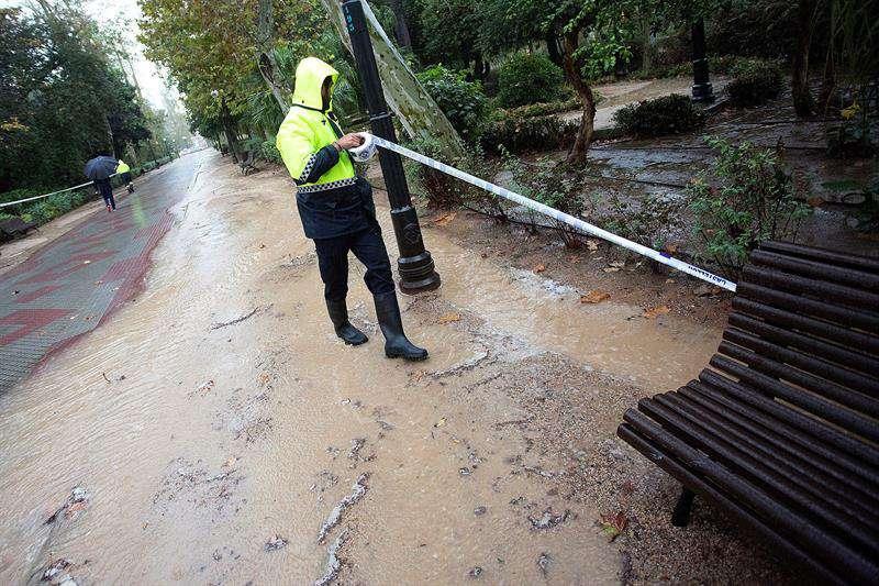 Urbanizaciones inundadas y rescate de personas en coches en Castellón
