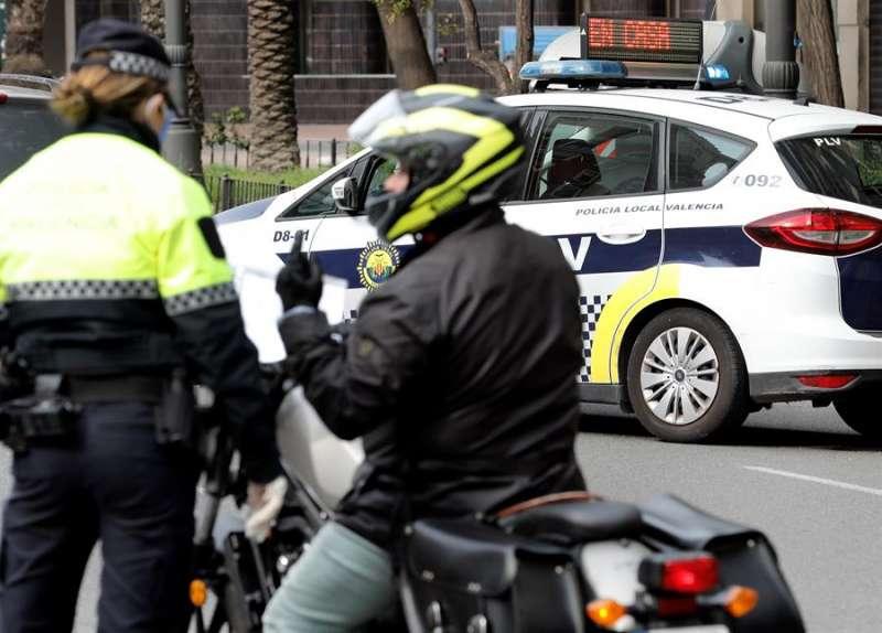 Imagen de archivo de un control policial durante el estado de alarma por la pandemia de coronavirus.EFE/ Juan Carlos Cárdenas