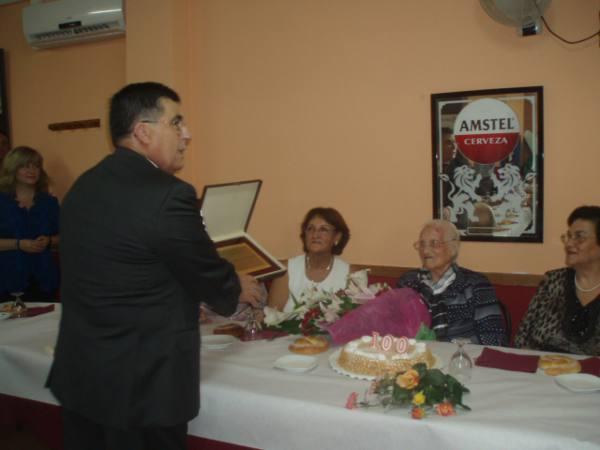 El alcalde entrega a Carmen la placa conmemorativa del Ayuntamiento. EPDA