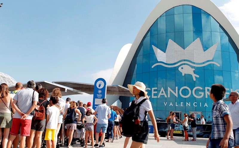Personas aguardan para entrar al Oceanogràfic de València. EFE