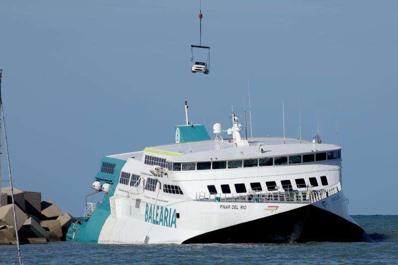 Momento de la operación de descarga de vehículos en el fast ferry