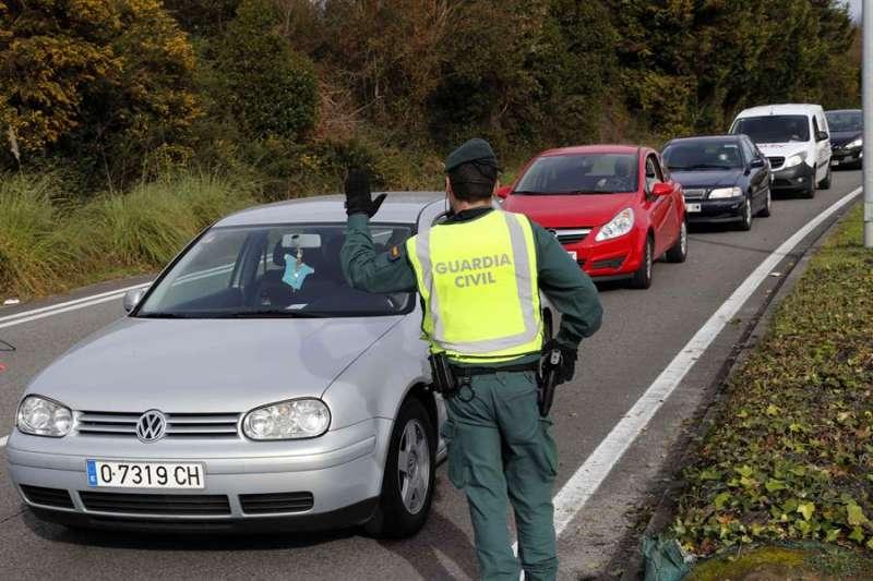 Vista de un control de la Guardia Civil este jueves a la entrada de Oviedo, que se encuentra con cierre perimetral.EFE/ J.L.Cereijido