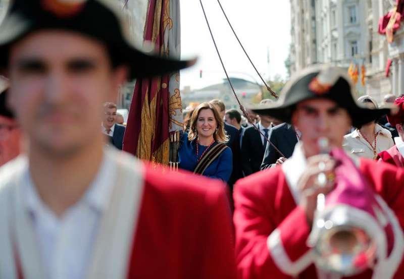 La portavoz del PP, María José Catalá, llevando la senyera. EFE