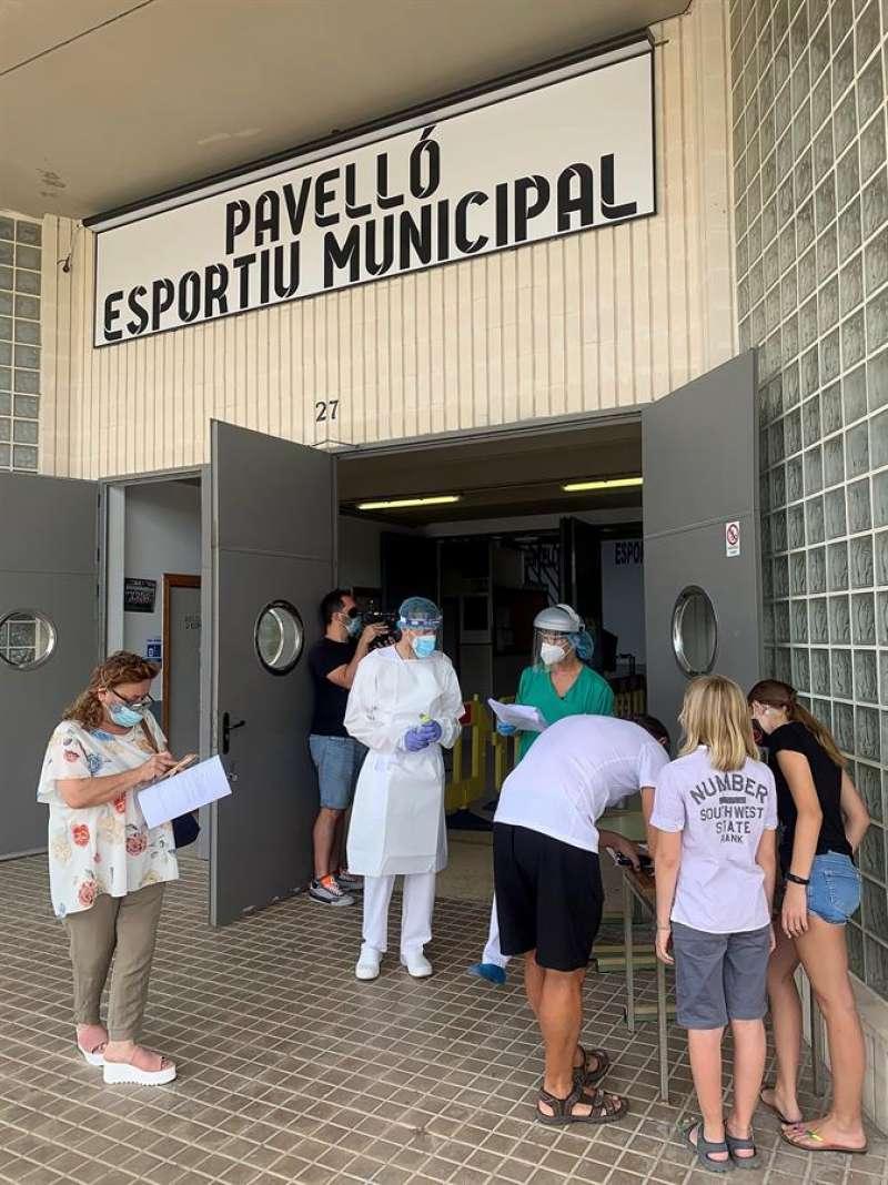 Varios vecinos de una localidad valenciana esperan para realizarse pruebas PCR en una imagen de archivo. EFE/Raquel Segura