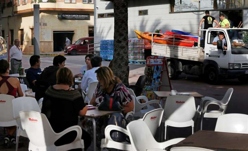 Vecinos de la población Dolores (Alicante) durante las tareas de limpieza. EFE/Manuel Lorenzo/Archivo